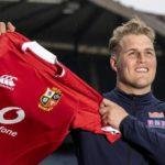 Duhan van der Merwe holds up a British & Irish Lions jersey